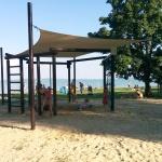 Zánkai strandolás kulturált szépen parkosított napozórészekkel, árnyékolt homokos játszóterekkel