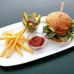Balatoni hamburger különlegességek! BBQ és Classic Burger duplahússal a Hubertus Hof Étteremben