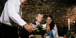 Házassági évforduló hétvége, randevú gyertyafényes vacsorával, pezsgővel, fürdőbelépővel Móron