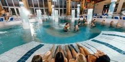 Éjszakai fürdőzés szombaton Gyopárosfürdőn, a Gyopárosi Gyógy- és Élményfürdőben