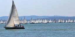 Kékszalag Balatonfüred 2020. Európa legnagyobb tókerülő vitorlásversenye
