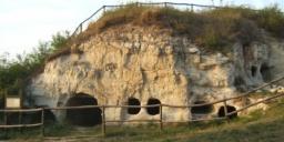 Kisamerikai- barlanglakások Cserépfalu