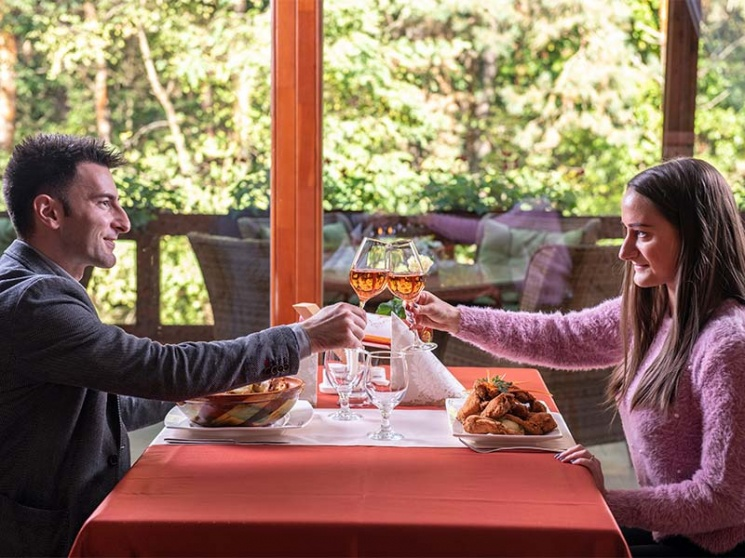 Romantika pár órára Debrecen mellett egy fenyves erdőben, az Erdőspuszta Club Hotelben