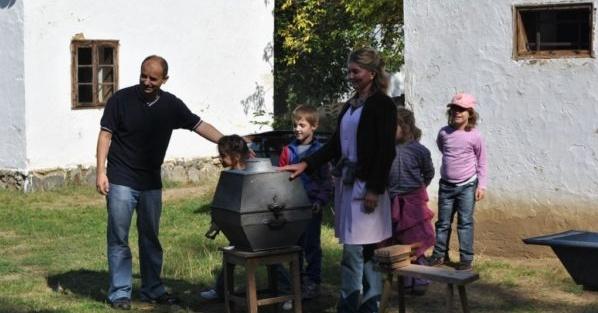 Batikolás és nagymosás bemutató a Sóstói Múzeumfaluban Nyíregyházán