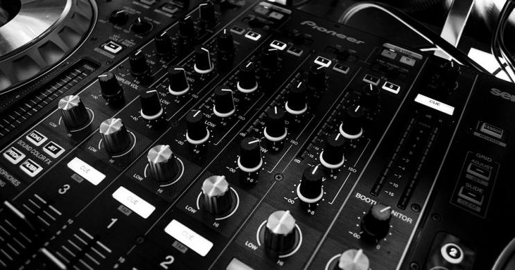 Zenés est Bükfürdőn, LOUNGE ZENÉS DJ ESTEK A CARAMELLBEN