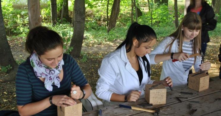 Népi ékszerek készítése foglalkozás a Sóstói Múzeumfaluban