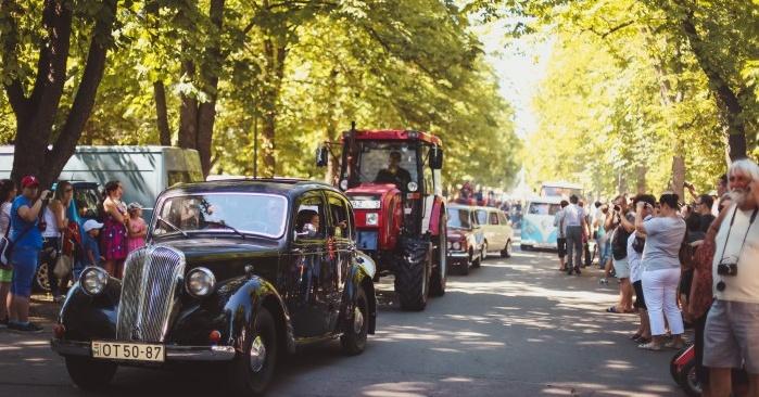 Egri traktorok és veterán járművek felvonulása