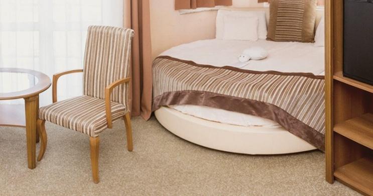 Nászút zalakarosi wellness szállodánk körágyas jakuzzis szobájában, privát éjszakai fürdőzéssel